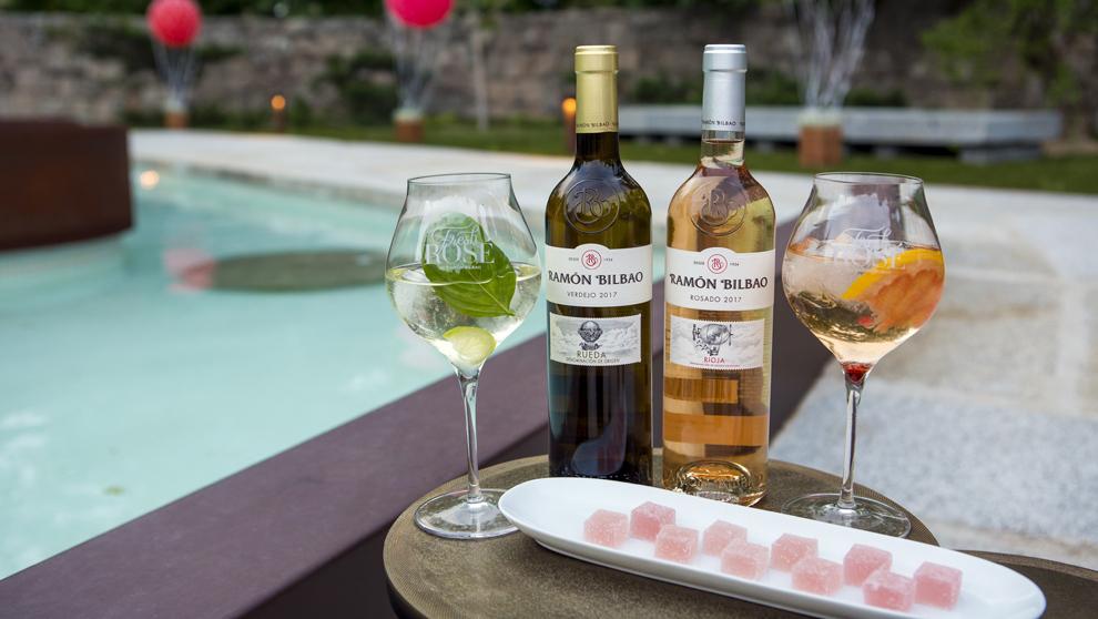 Cócteles fresh junto a las botellas de Ramón Bilbao Verdejo y el...