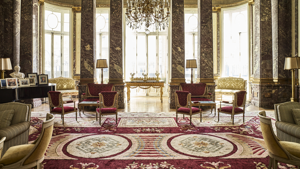 El salón de baile reconvertido en salón de piano, tiene amplios...