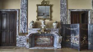 Situada en el comedor de gala, es de mármol blanco y negro, con...