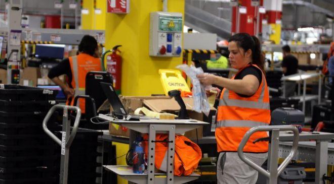 Empleada del centro logístico de Amazon en El Prat (Barcelona)