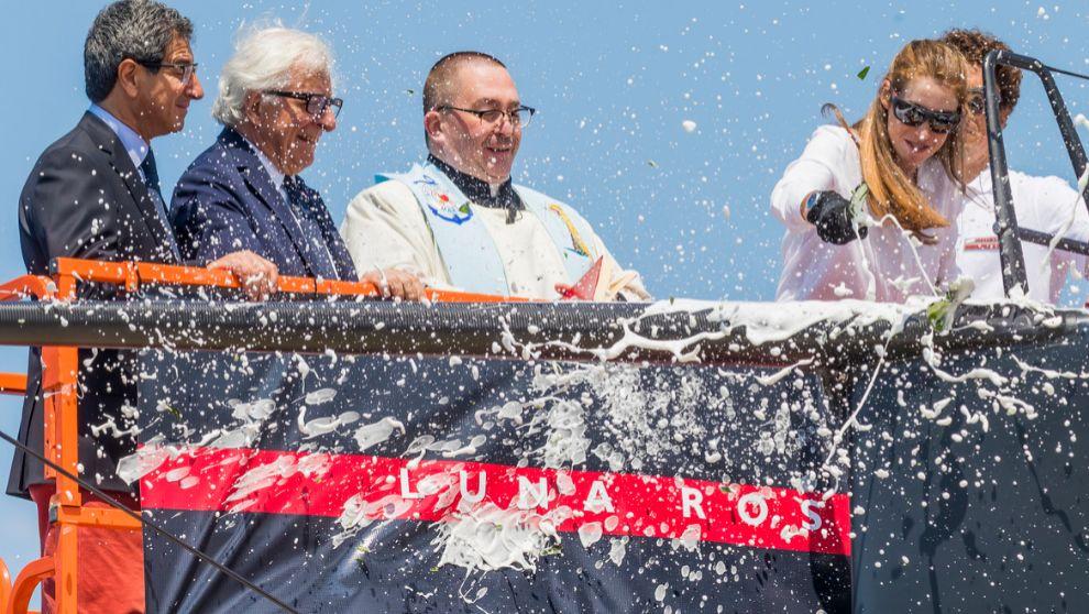 Patrizio Bertelli, segundo por la izquierda, durante la botadura del...