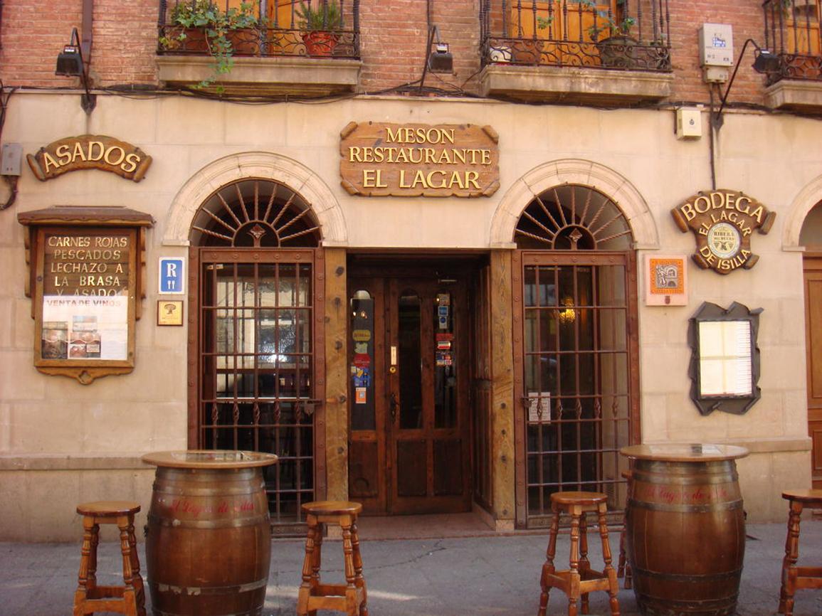 Ubicado en el centro de Aranda de Duero, este mesón...