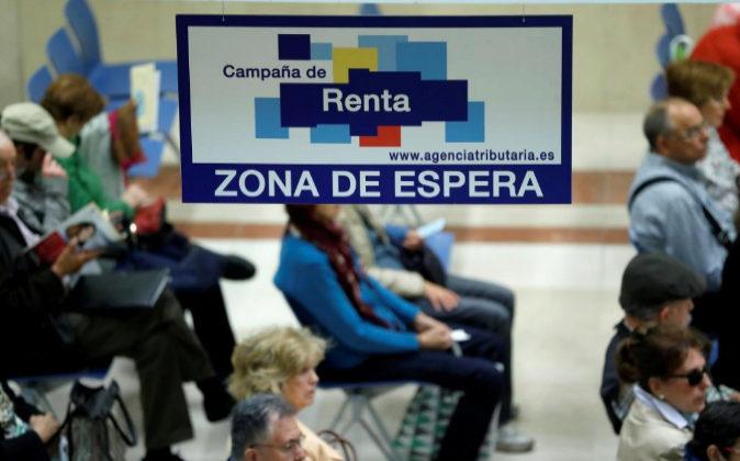 Contribuyentes esperan para ser atendidos en la delegación de...