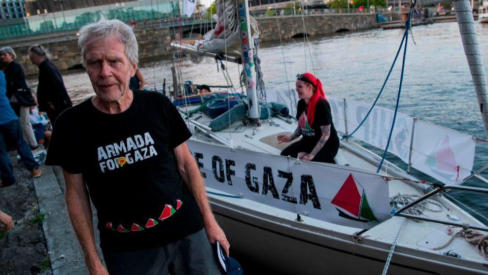 Jan Stromdahl, junto al velero con el que pretende llegar a Gaza, el...