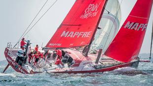 La tripulacuión del barco Mapfre, durante la salida de Newport. |...