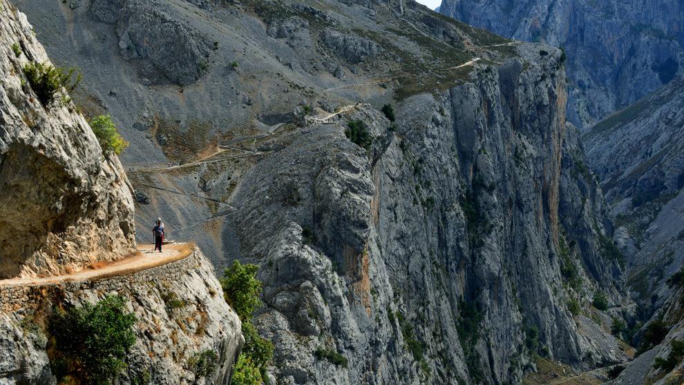 Dos senderistas recorren el tramo más aéreo de la ruta Senda del...