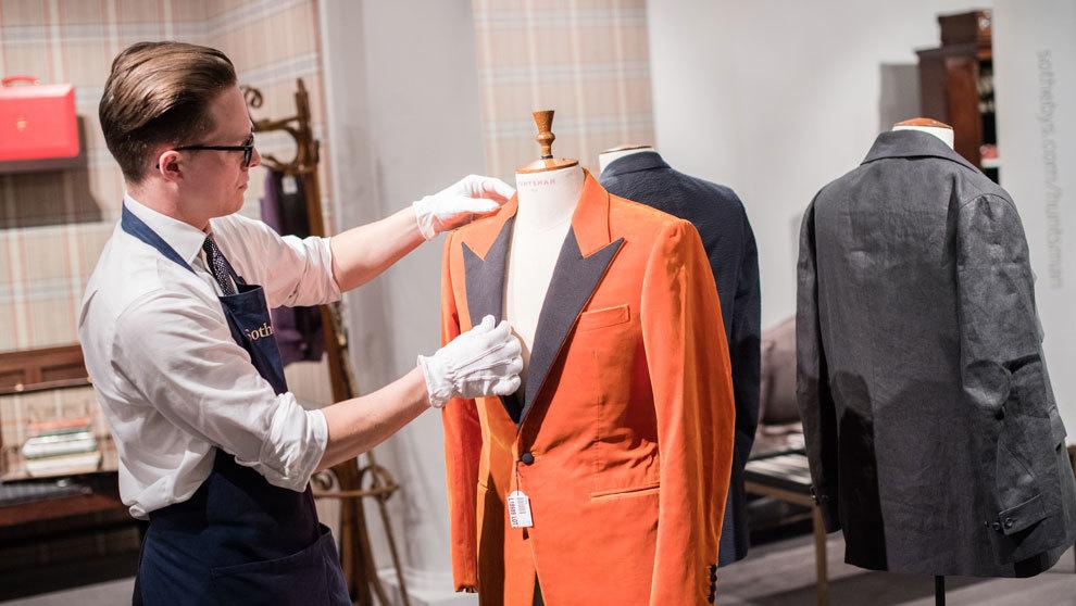Pierre Lagrange subasta lotes de productos de lujo al mejor postor.