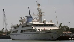 El 'Basrah Breeze', amarrado en el puerto de Basora.