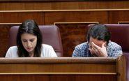 El líder de Podemos, Pablo Iglesias, y la portavoz parlamentaria,...
