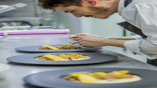 Chef elaborando uno de los platos de la carta diseñada por Jorge...