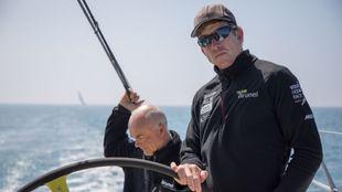 Peter Burling, a la rueda del timón del Team Brunel, junto a un...