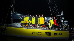 La tripulación del team Brunel, a la llegada del puerto de Cardiff.