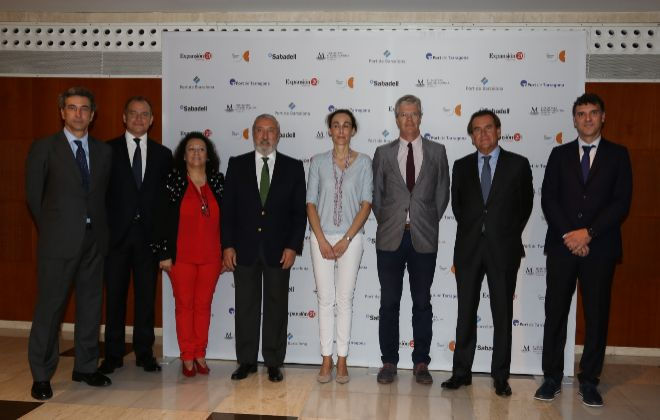 De izquierda a derecha, José Nieto de la Cierva, director general de...