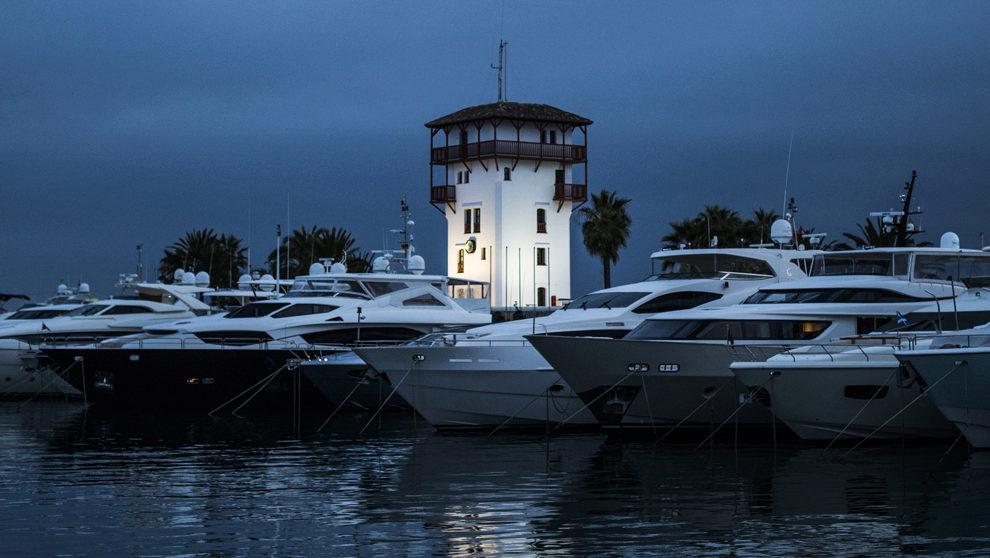Yates atracados en el puerto mallorquín con la Torre de Capitanía de...