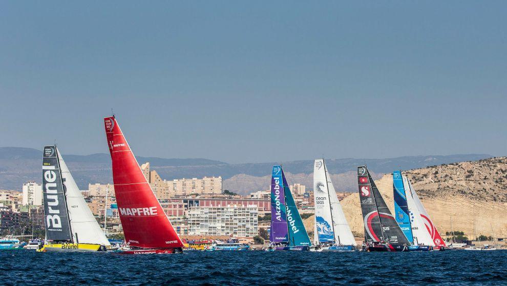 La flota de la Volvo Ocean Race disputando la regata costera antes de...