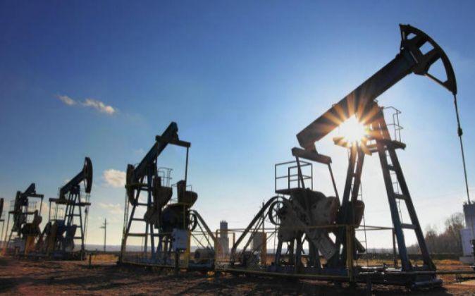 Precios del petróleo caen por producción récord de Estados Unidos