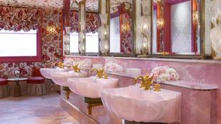 Miles de pétalos de rosa hechos en seda cubren las paredes del cuarto...