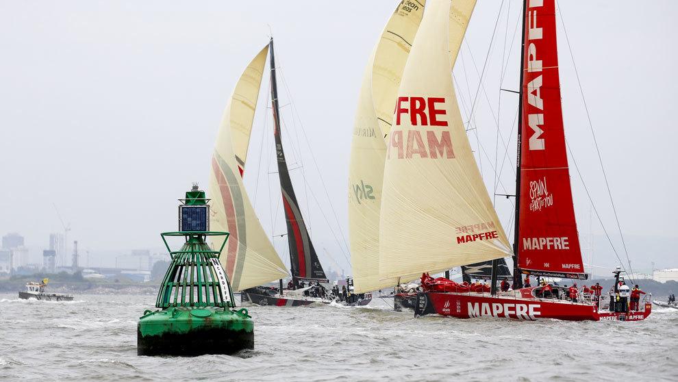 El barco Mapfre disputando la regata costera de la Volvo Ocean Race en...