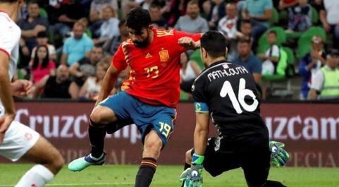 El delantero de la selección de España, Diego Costa (i), enfrenta al...