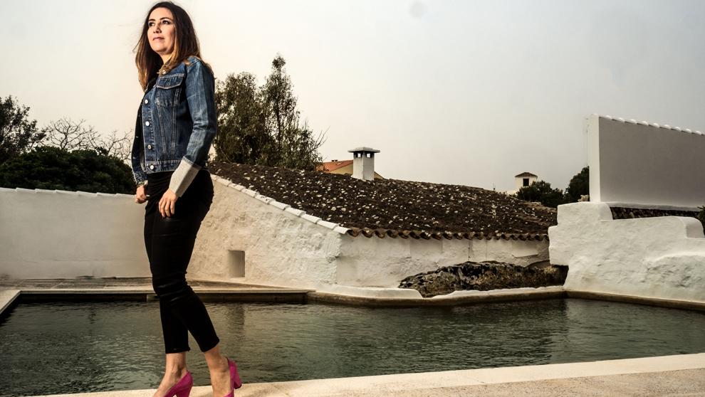 Úrsula Mascaró, 48 años, en la piscina de su masía en Castell...