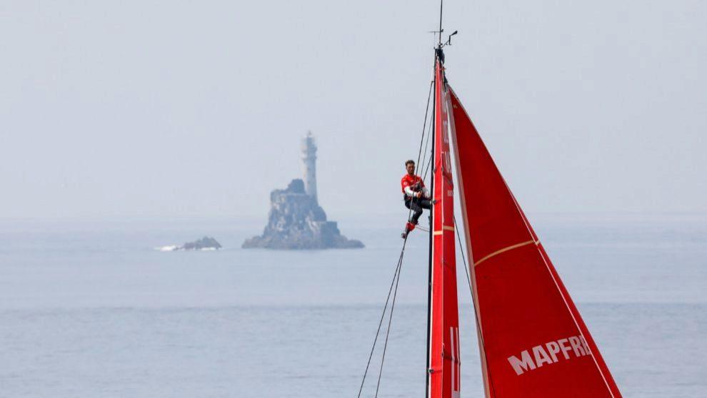 Blair Tuke, tripulante del Mapfre, subido al palo en busca de rachas...