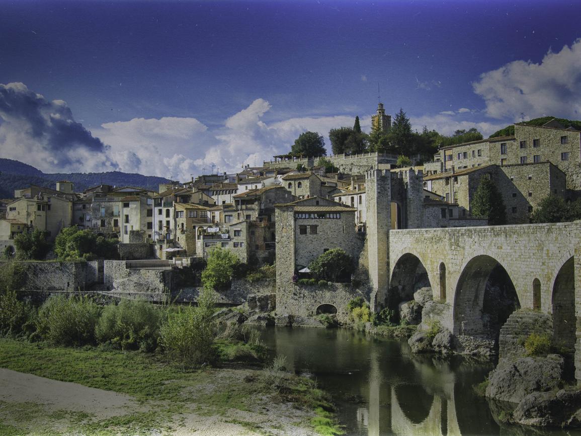 Desde su entrada a través de un puente romántico sobre el...