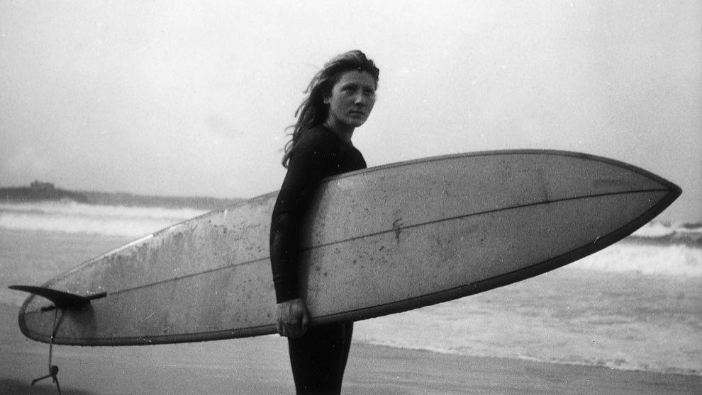 Laura Revuelta, en 1972, preparada para surcar las olas cántabras de...