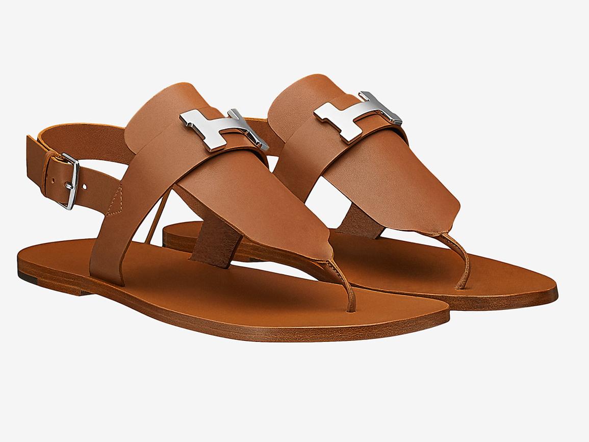 484b9088ca8 Sandalias de dedo  Hermès. Precio  780 euros.