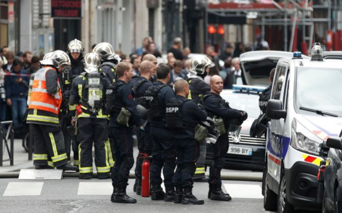 Hombre toma al menos dos rehenes en París