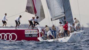 El Bribón, siendo embestido en 2010 por un barco rival durante una...