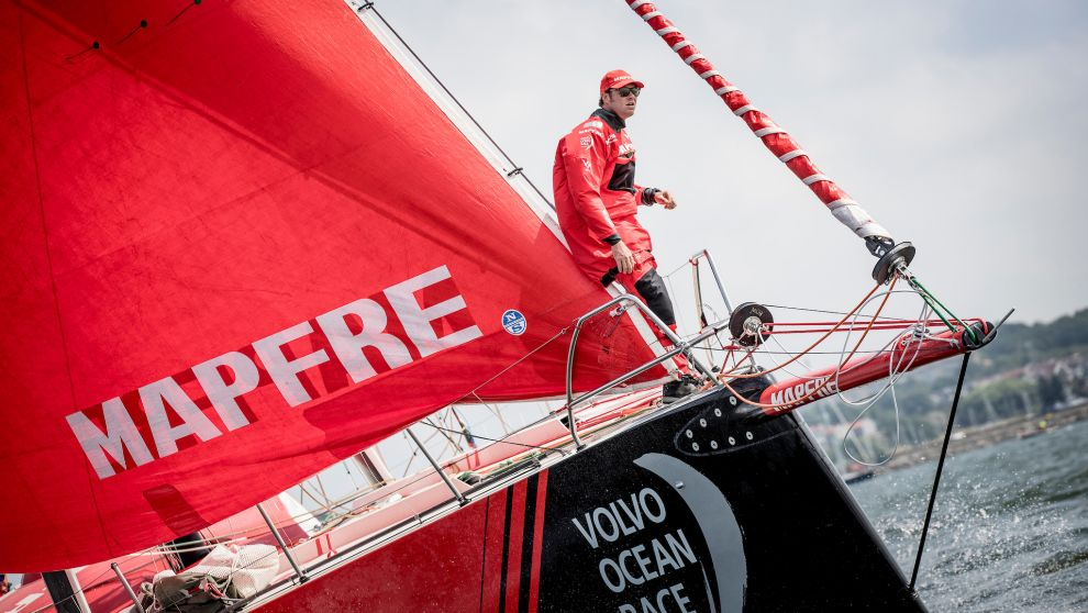 Ñeti, en la proa del Mapfre, durante la regata costera de Gotemburgo.