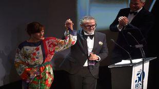 El chef Massimo Bottura (dcha.) celebrando junto a su mujer Lara...