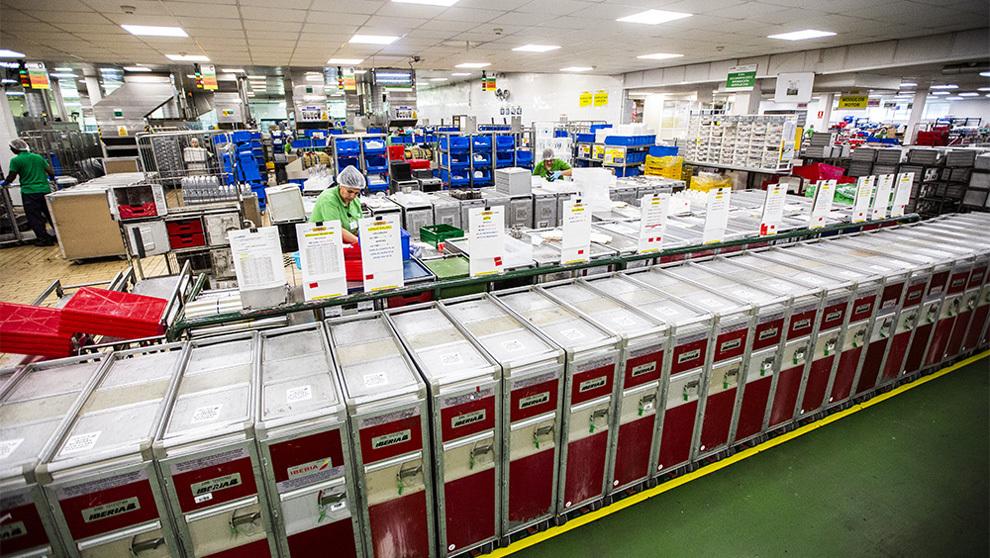 "Zona de carga: cientos de ""trolleys"" metálicos esperan para..."