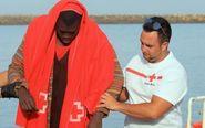 Un voluntario de Cruz Roja ayuda a un inmigrantes rescatado en Tarifa...