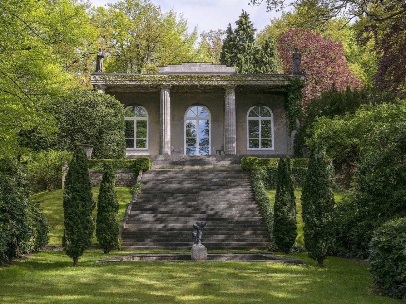 La casa se ubica en una parcela de 12.000 metros cuadrados y destaca...