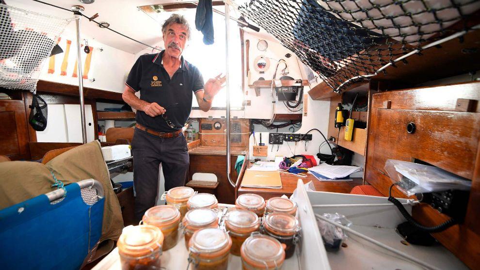 El navegante Loic Lepage muestra el interior de su barco...