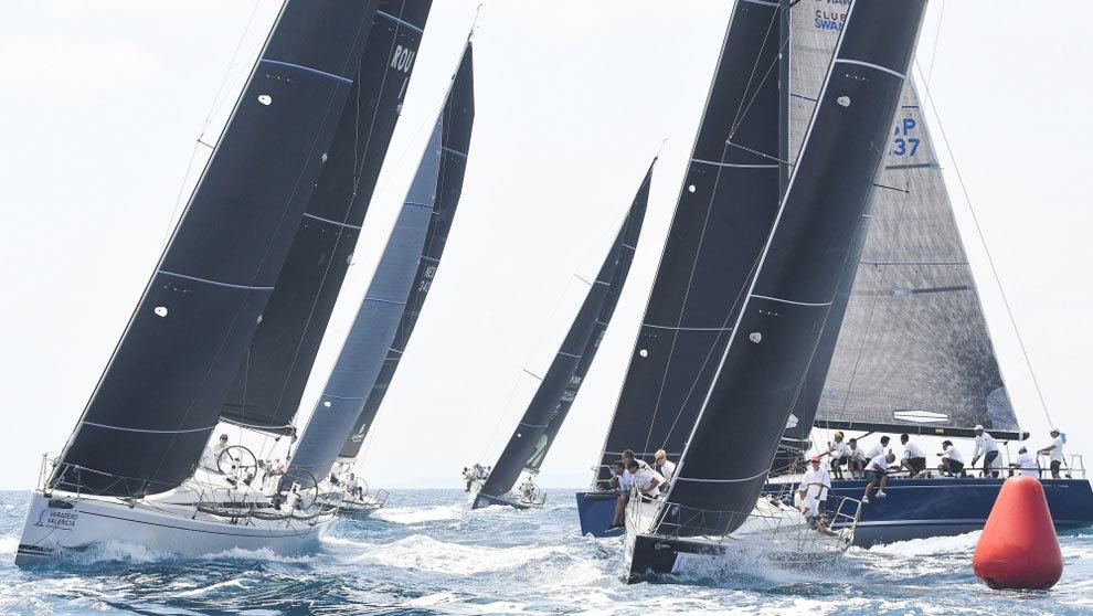 La flota del XX Trofeo SM la Reina compitiendo durante la regata en...
