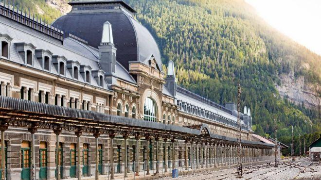 La estación de tren de Canfranc: de nido de espías a resort de ...