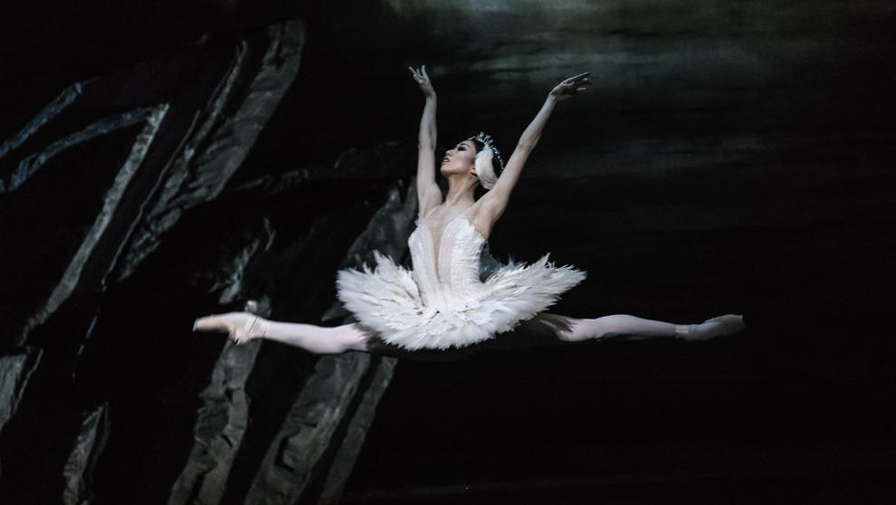 La bailarina japonesa Akane Takada como Odette en Londres. En el...
