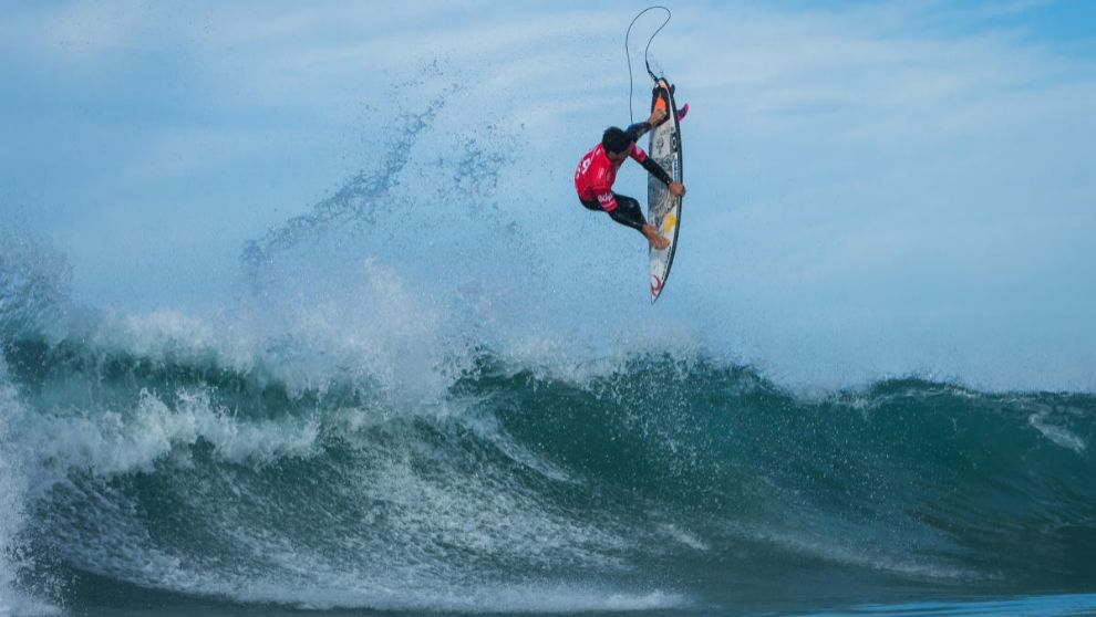 Gabriel Medina, realizando una maniobra aérea.