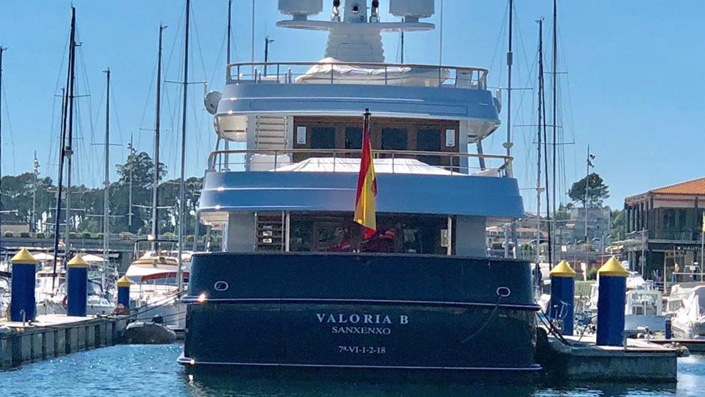 El superyate Valoria B, atracado en el puerto deportivo Juan Carlos I...