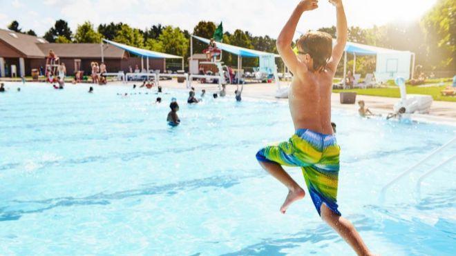 ¿A quién reclamo si me lesiono en una piscina comunitaria?