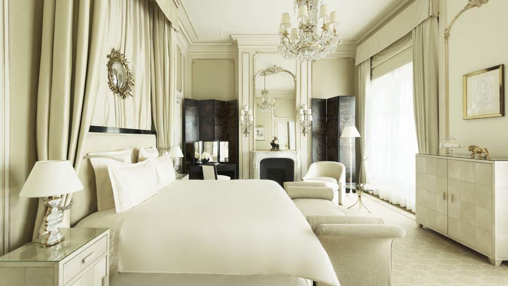 El dormitorio también está decorado en tonos blancos y cremas y con...