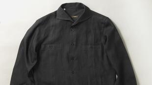 Guayabera en color negro de manga larga y con botones.