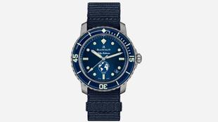 El reloj se entrega con dos correas. Una de tela de vela y otra...