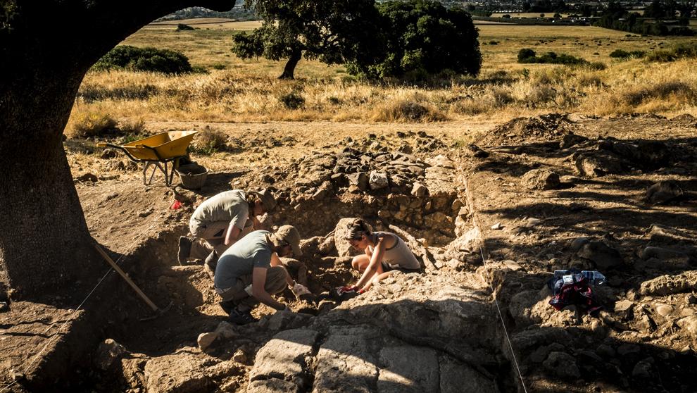 Un grupo de investigadores excava las ruinas de un edificio, al este...