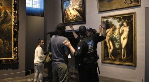 Vigilantes de seguridad de la Casa Museo de Paul Rubens, en Amberes,...