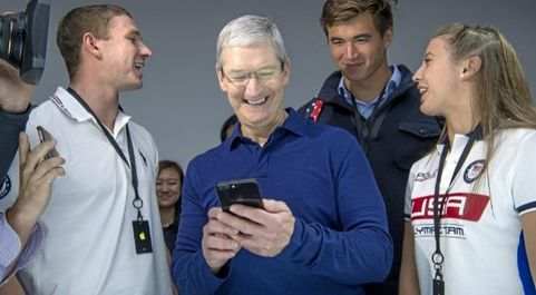 El CEO de Apple Tim Cook (c).