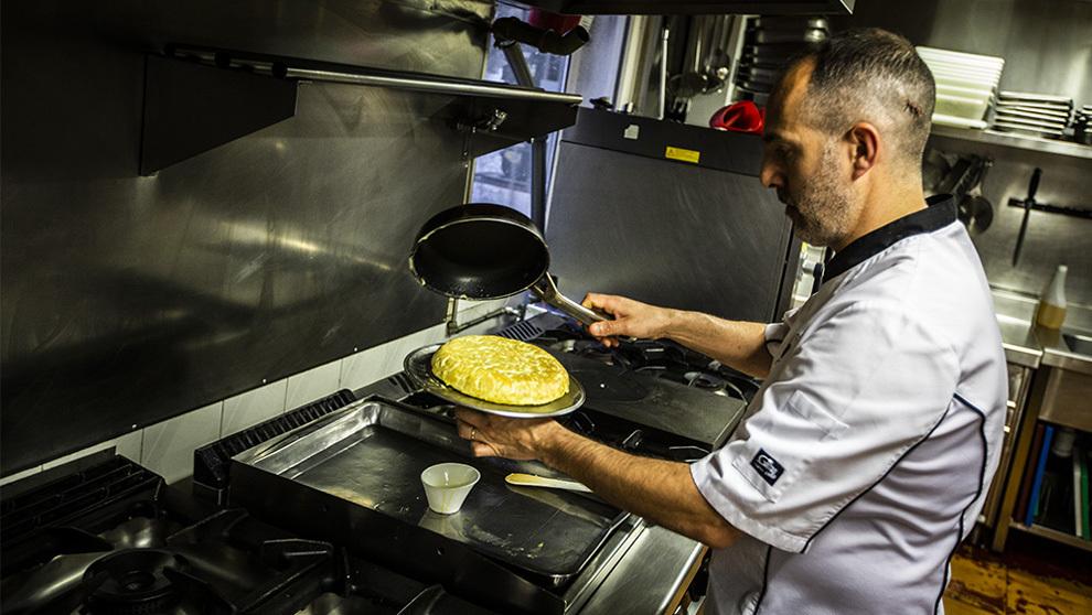 Alberto García Ponte, 44 años, en la cocina del Mesón de...