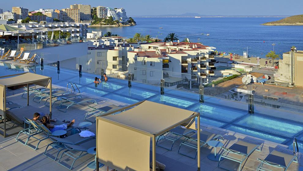 Vista aérea de la piscina más alta de Europa, en el Hotel Calvia...